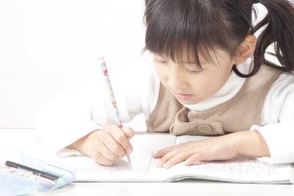 文字を書く子ども